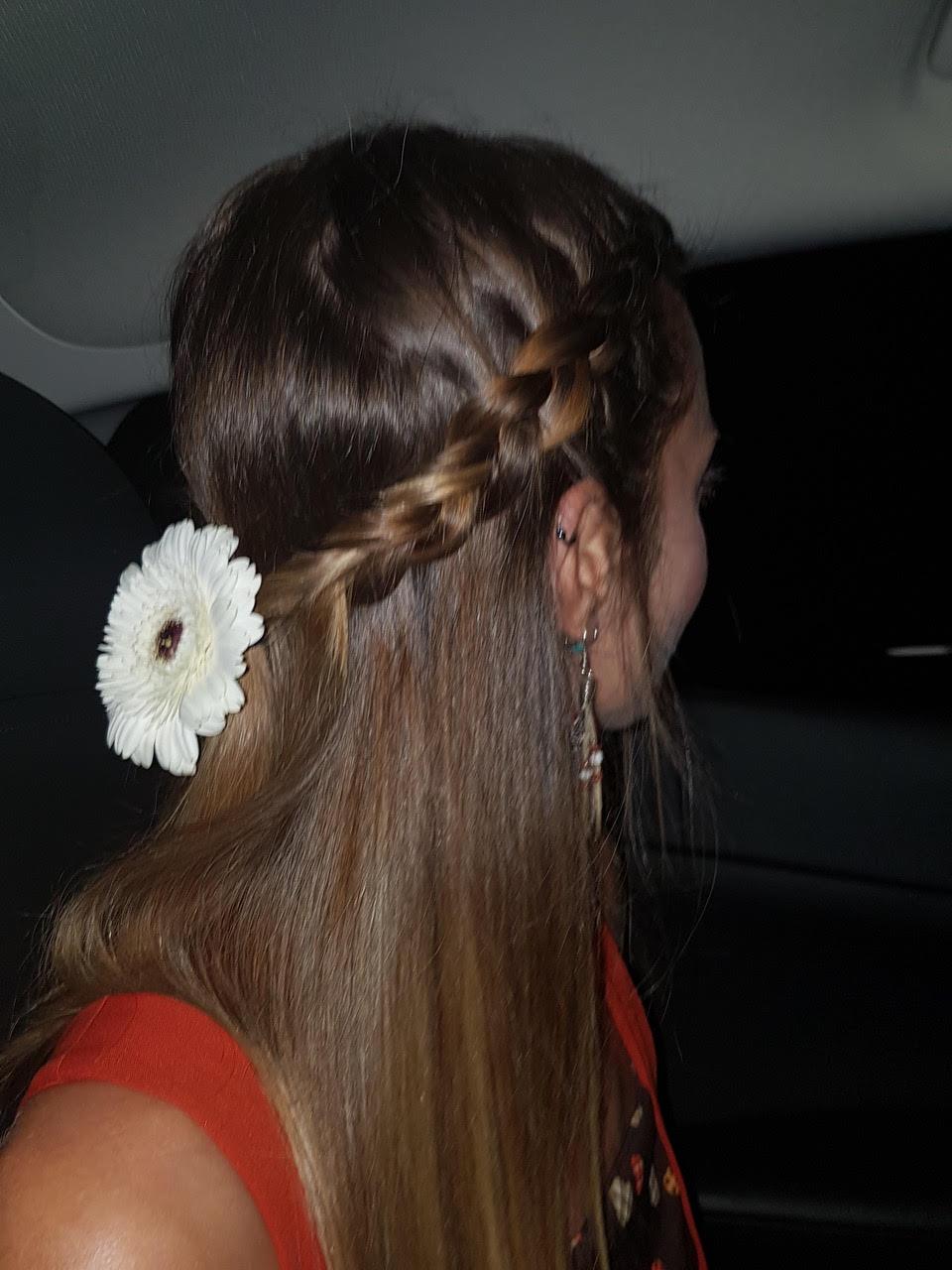 flower in her hair - photo #31